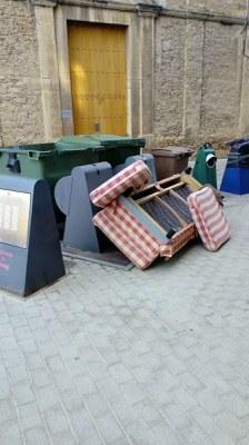 Denunciat un veí de Banyoles per abocar un sofà a la via pública